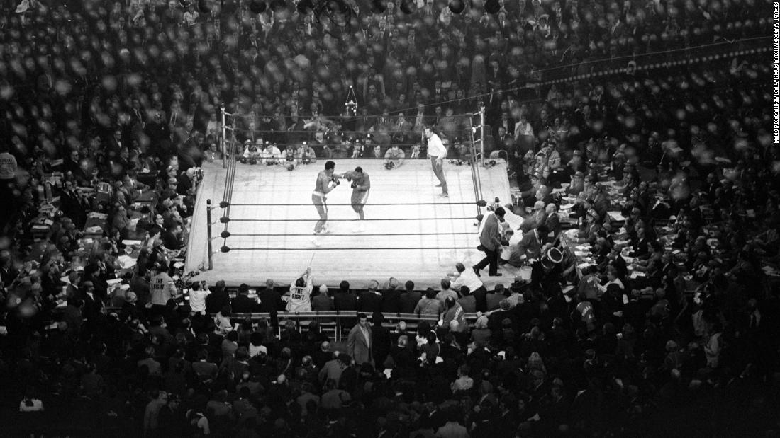 """""""这不只是一场冠军争夺战,""""  拳击作家迈克·西尔弗(Mike Silver)说。 """"这还有其他方面:种族,政治,越战的规模。"""""""